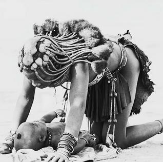 femme himba et bébé