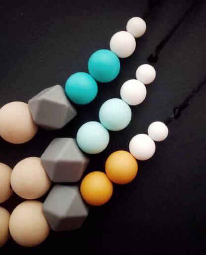détail perles collier allaitement bois silicone